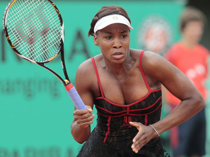 USA's Venus Williams waits to return the ball to Spain's Arantxa Santonja during their women's second round match in the French Open at the Roland Garros stadium in Paris. (AFP Photo)