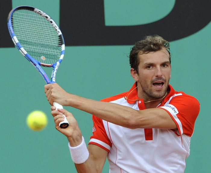 France's Julien Benneteau returns the ball to Argentina's Leonardo Mayer during their men's second round match in the French Open at the Roland Garros stadium in Paris. (AFP Photo)
