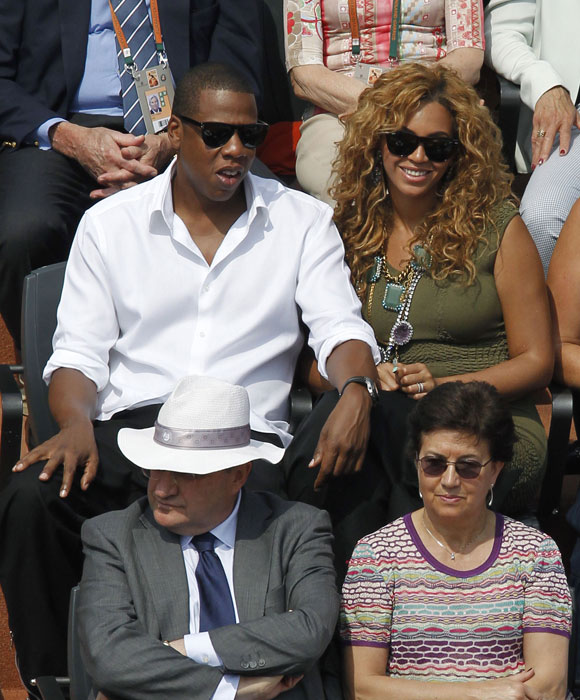 US singer Beyonce and her husband US rap singer Jay-Z watch the men's final match between Rafael Nadal and Robin Soderling in the French Open at the Roland Garros stadium in Paris. (AFP Photo)