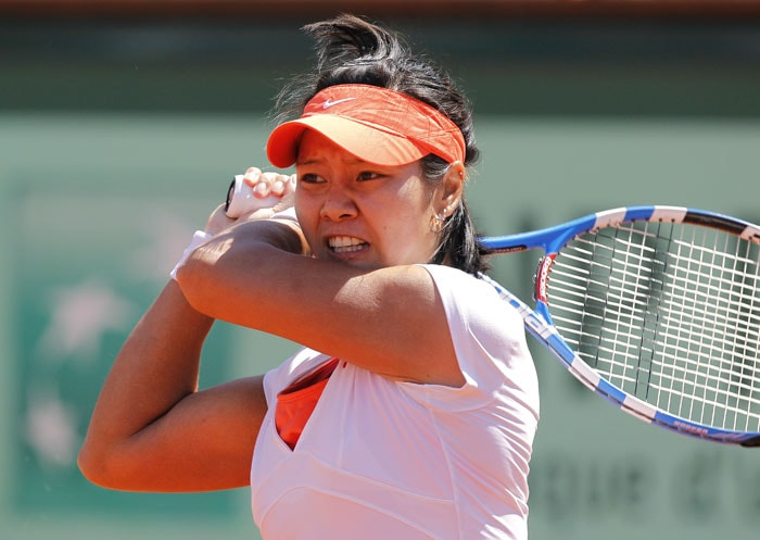 China's Li Na hits a return to Belarus's Victoria Azarenka during their women's fourth quaterfinal match in the French Open tennis championship at the Roland Garros stadium in Paris. (AFP Photo)