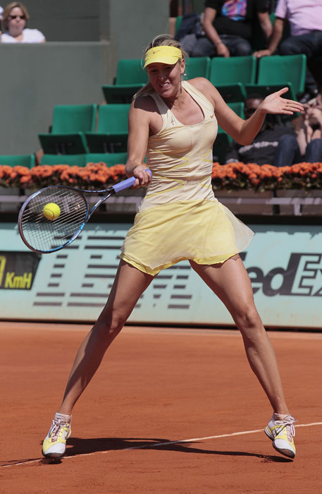 Russia's Maria Sharapova returns the ball to Germany's Andrea Petkovic during their women's quarterfinal in the French Open tennis championship at the Roland Garros stadium in Paris. (AFP Photo)