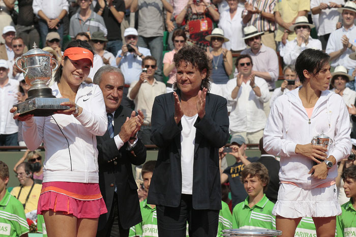 China's Li Na, President of French Tennis Federation Jean Gachassin, former Australian tennis player Evonne Goolagong, Italy's Francesca Schiavone pose after receiving the trophy during their women's final in the French Open tennis championship at the Roland Garros stadium in Paris. (AFP Photo)