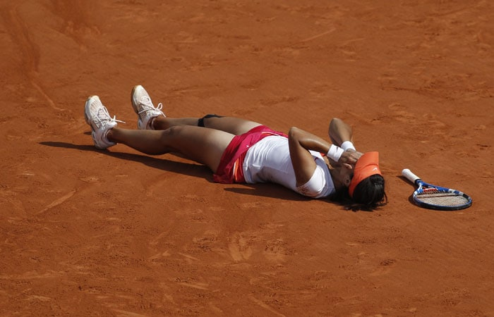 China's Li Na falls in the clay as she defeats Italy's Francesca Schiavone during their women's final match for the French Open tennis tournament at the Roland Garros stadium in Paris. (AP Photo)