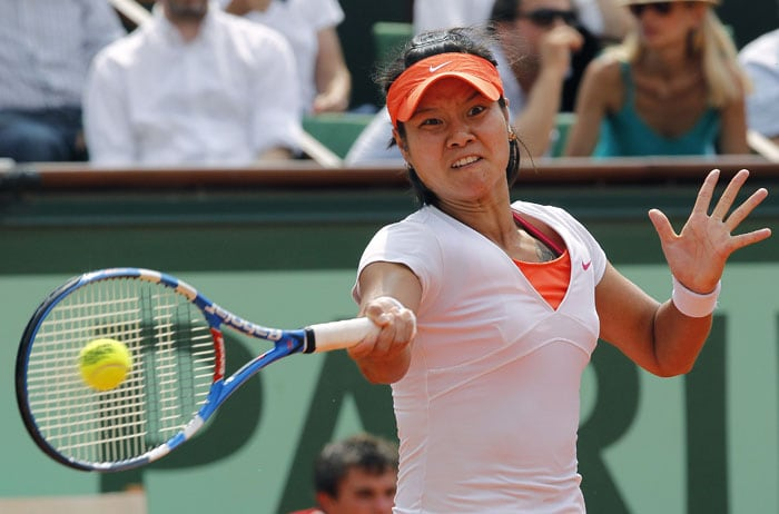China's Li Na returns the ball to Italy's Francesca Schiavone during their women's final in the French Open tennis championship at the Roland Garros stadium in Paris. (AFP Photo)