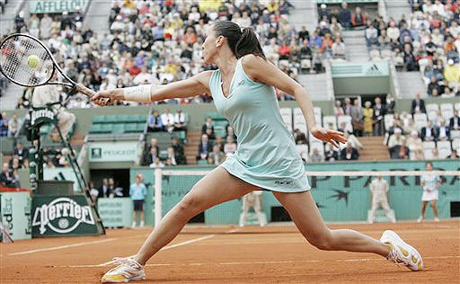 Serbia's Jelena Jankovic returns the ball to Spain's Carla Suarez Navarro during their quarterfinal match of the French Open on June 3, 2008 at the Roland Garros stadium in Paris.