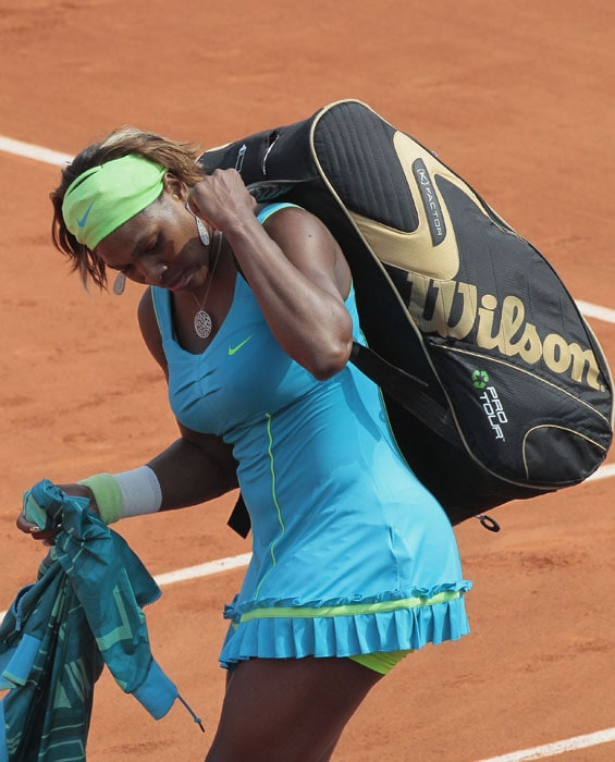 US Serena Williams leaves the court after losing her women's quarter-final against Australia's Samatha Stosur in the French Open tennis championship at the Roland Garros stadium, on June 2, 2010. (AFP PHOTO)