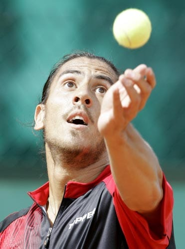 Argentina's Guillermo Canas serves the ball to USA's Wayne Odesnik during their first round match of the French Open tennis tournament on Monday May 26, 2008 at the Roland Garros stadium in Paris.