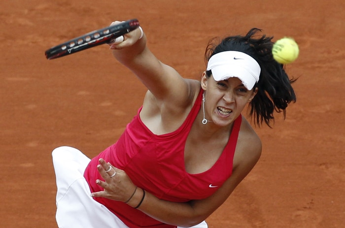 France's Marion Bartoli serves during her women's third round match against Israel's Shahar Peer. (AFP Photo)