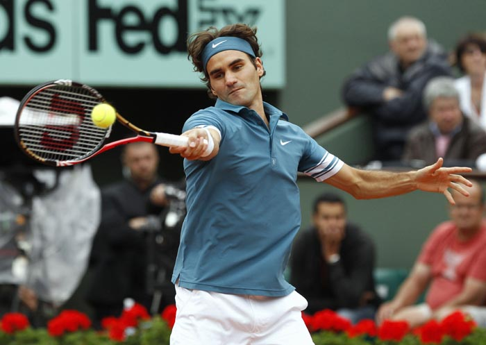 Switzerland's Roger Federer returns the ball to Sweden's Robin Soderling during his men's quarter-final match in the French Open tennis championship at the Roland Garros stadium, in Paris. (AFP Photo)