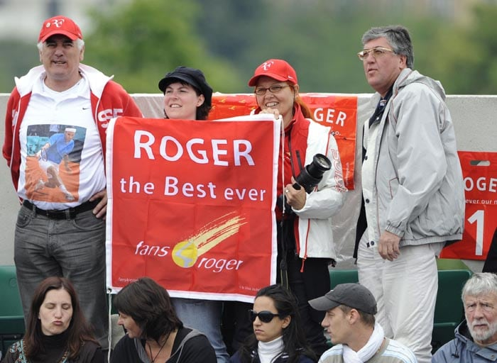 Supporters of Switzerland's Roger Federer hold a banner during the men's quarter-final match between Sweden's Robin Soderling andFederer in the French Open tennis championship at the Roland Garros stadium, in Paris. (AFP Photo)