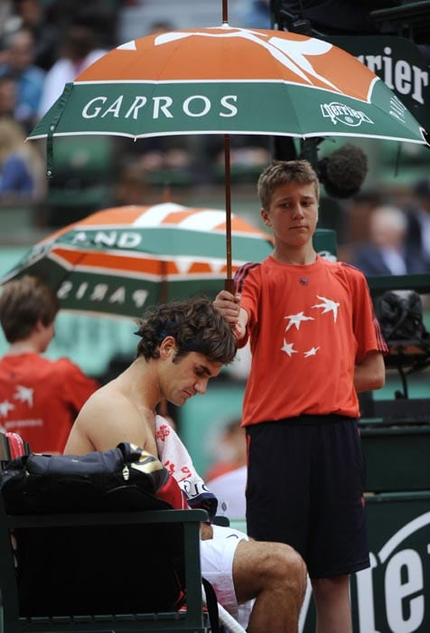 Switzerland's Roger Federer takes a break during his men's quarter-final match against Sweden's Robin Soderling in the French Open tennis championship at the Roland Garros stadium, in Paris. (AFP Photo)