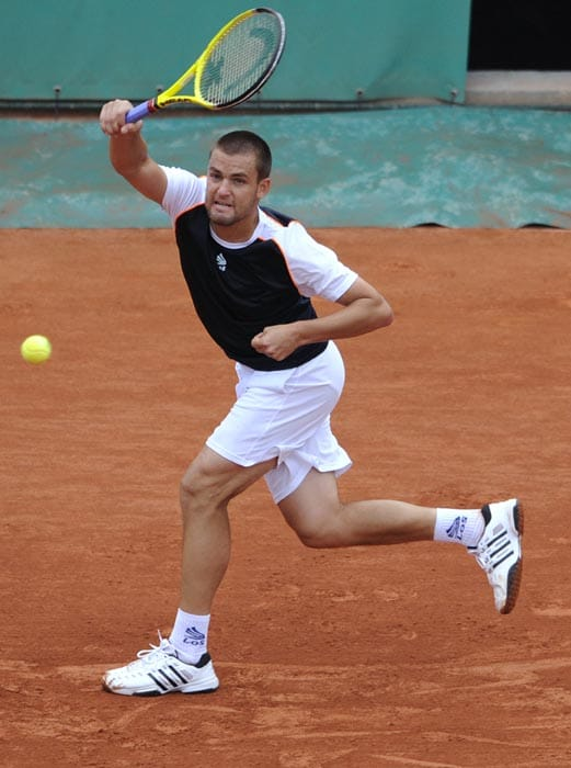 Russia's Mikhail Youzhny plays a return to Czech Tomas Berdych during their men's quarter-final match in the French Open tennis championship at the Roland Garros stadium, in Paris. (AFP Photo)