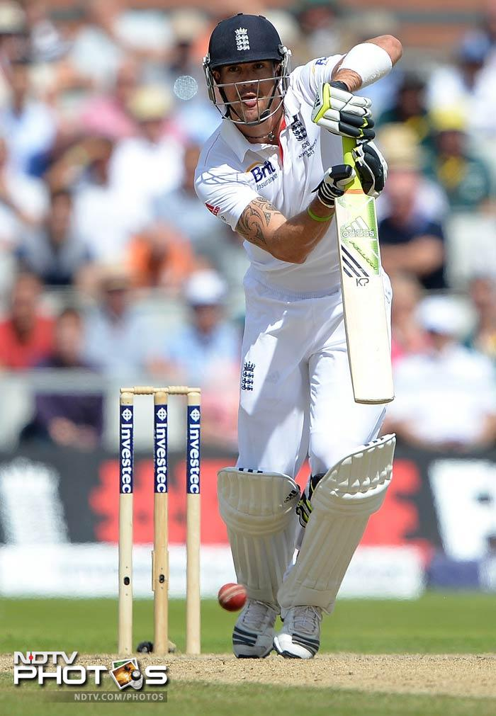 Kevin Pietersen's 113 stalled the Australians at Old Trafford as England finished at 294/7, trailing by 233 runs. (AFP images)