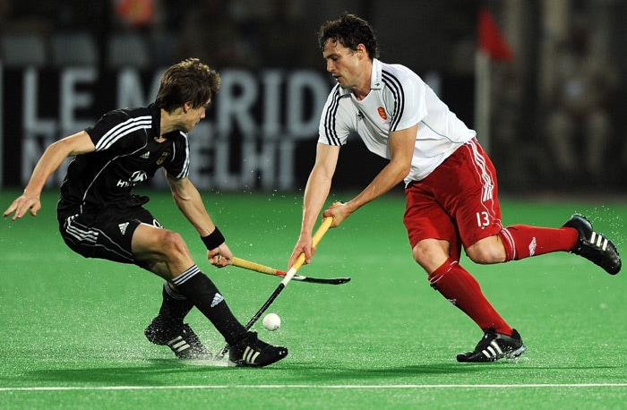 German hockey player Florian Fuchs (L) vies for the ball with England's Rob Moore (R) during their World Cup 2010 semifinal match at the Major Dhyan Chand Stadium in New Delhi. (AFP Photo)