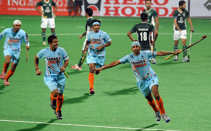 Prabhjot Singh (R) celebrates a goal against Pakistan with teammates during their hockey World Cup 2010 match at the Major Dhyan Chand Stadium in New Delhi on February 28. (AFP Photo)