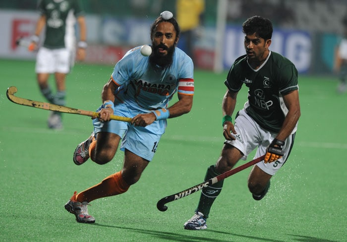 Indian hockey player Rajpal Singhgoes up against Pakistan hockey player Mohammad Imran (R) during their hockey World Cup 2010 match at the Major Dhyan Chand Stadium in New Delhi on February 28. (AFP Photo)
