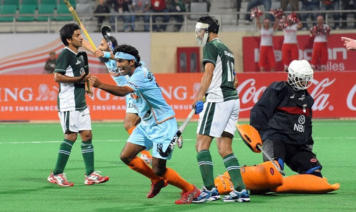 Indian hockey player Shivendra Singh (2 L) celebrates a goal against Pakistan during their hockey World Cup 2010 match at the Major Dhyan Chand Stadium in New Delhi on February 28. (AFP Photo)