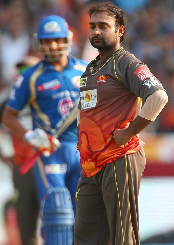 Sunrisers spinners Mishra and Karan Sharma then tightened the screws as scoring became more and more difficult.<br><br> From 41/2 in six overs, the pair added just 19 runs in the next four and that bore effect on what was to follow. In the 11th over, Mishra induced a false stroke from Smith, who was batting on 25 off 33 then. Ishant not only dropped a simple catch at long-off but also toppled the ball over for a six. (BCCI Image)