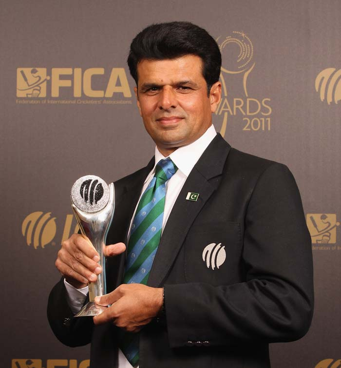 Umpire Aleem Dar with his ICC Umpire of the Year Award. (Photo by Tom Shaw/Getty Images)