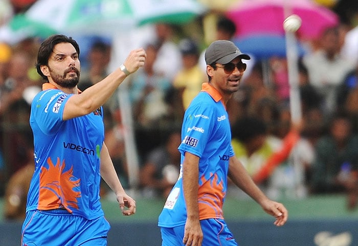 Indian Bollywood actor Sohail Khan throws a ball as cricketer Mohammad Kaif looks on during a cricket match between Indian Bollywood actors and Sri Lankan cricketers during the three-day International Indian Film Academy (IIFA) awards events in Colombo. Bollywood actors have flocked to Sri Lanka for the June 3-5 IIFA awards and surrounding events being held in Colombo. (AFP Photo)