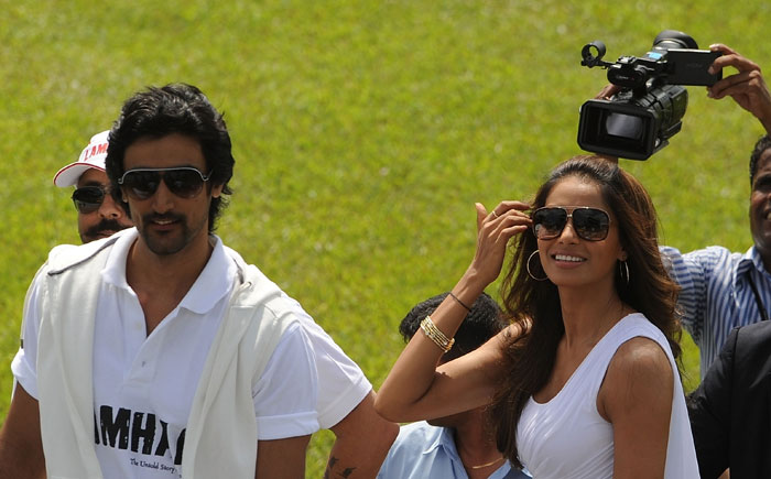 Indian Bollywood personalities Kunal Kapoor and Bipasha Basu attend a cricket match between Indian Bollywood actors and Sri Lankan cricketers during the three day IIFA awards events in Colombo. (AFP Photo)