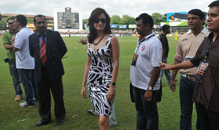 Indian Bollywood actress Diya Mirza poses for media during a cricket match between Indian Bollywood actors and Sri Lankan cricketers during the three day IIFA awards events in Colombo. (AFP Photo)