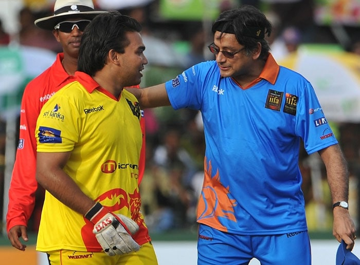 Namal Rajapakse, son of Sri Lankan President Mahinda Rajapakse, speaks with Indian politician Shashi Tharoor during a cricket match between Indian Bollywood actors and Sri Lankan cricketers during the three-day IIFA awards events in Colombo. (AFP Photo)
