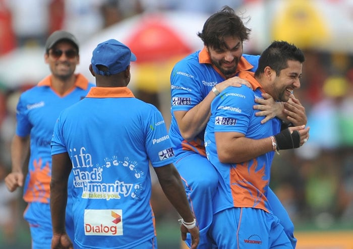 Indian Bollywood actors Sohail Khan and Aftab Shivadasani celebrate during a cricket match between Indian Bollywood actors and Sri Lankan cricketers during the three-day IIFA awards events in Colombo. (AFP Photo)