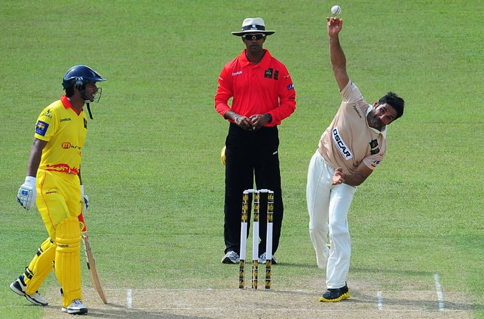 Bollywood actor Sunil Shetty delivers the ball as Sri Lankan cricketer Kumar Sangakkara looks on during a cricket match between Indian Bollywood actors and Sri Lankan cricketers during the three-day IIFA awards events in Colombo. (AFP Photo)