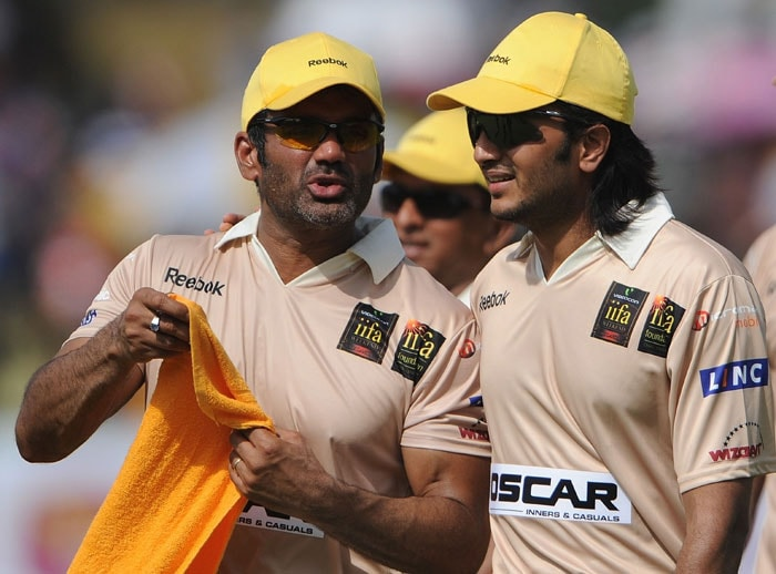 Indian Bollywood actors Sunil Shetty and Ritesh Deshmukh speak during a cricket match between Indian Bollywood actors and Sri Lankan cricketers during the three day IIFA awards events in Colombo. (AFP Photo)