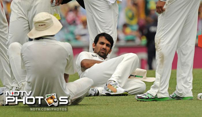 Zaheer Khan relaxes with teammates during a drinks break on Day 2 of the second Test against Australia at the Sydney Ground. (AFP Photo)