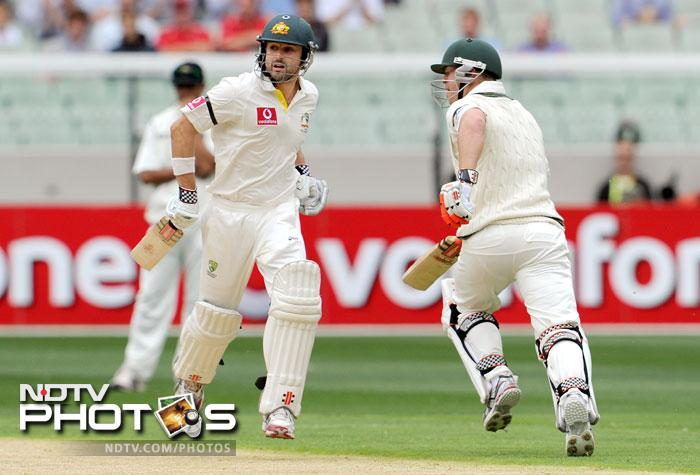 Ed Cowan and David Warner run between the wickets on the first day of the first Test match between Australia and India at the Melbourne Cricket Ground (MCG) in Melbourne. (AFP Photo)