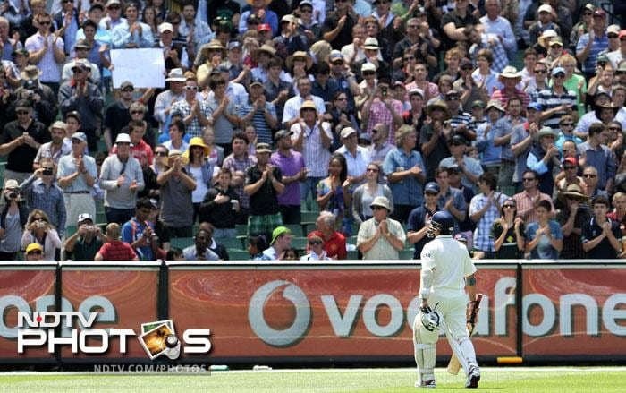 Sachin Tendulkar receives a standing ovation as he walks off after he was dismissed by Peter Siddle on the fourth day of the first Test match between Australia and India at the Melbourne Cricket Ground in Melbourne. (AFP Photo)