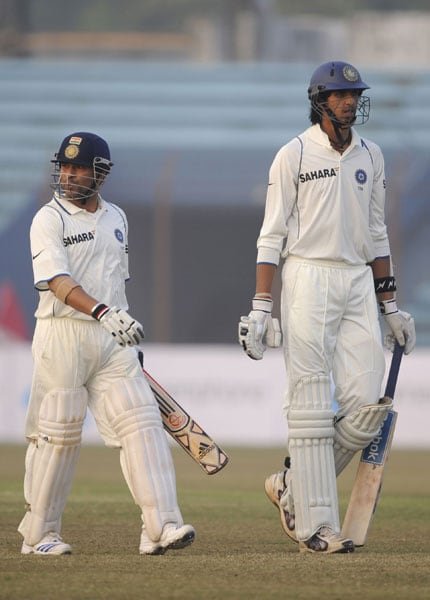 Sachin Tendulkar and teammate Ishant Sharma leave the ground after the match was closed due to bad light during the first day of the first Test match between Bangladesh and India at Zohur Ahmed Chowdhury Stadium in Chittagong. (AFP Photo)