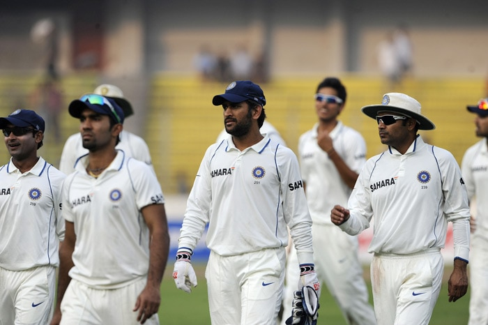 Indian captain Mahendra Singh Dhoni and teammates leave the field during the third day of the second Test match at The Sher-e Bangla National Stadium in Dhaka. (AFP Photo)