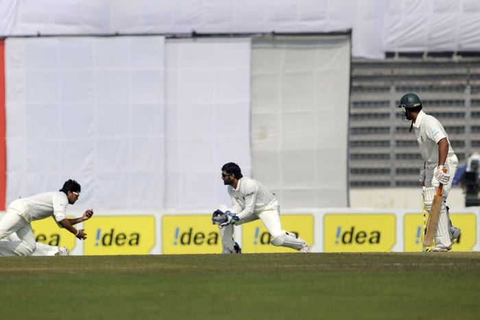Murali Vijay takes the catch to dismiss Mohammad Mahmudullah as Mahendra Singh Dhoni looks on during the fourth day of the second Test match in Dhaka. (AFP Photo)