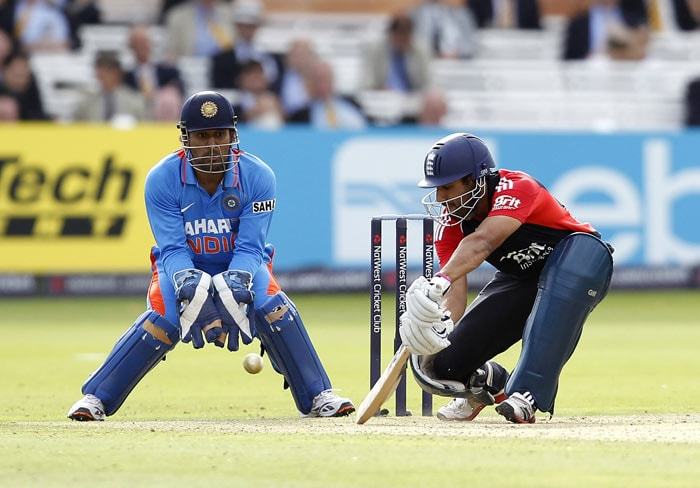 Ravi Bopara plays a shot past Mahendra Singh Dhoni during the fourth ODI between England and India at Lord's in London. (AFP Photo)