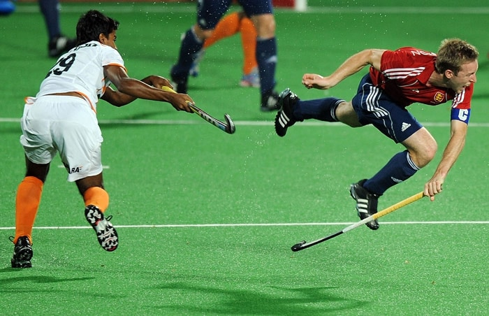 Indian hockey player Danish Mujtaba (L) tackles English hockey player Barry Middleton (R) during their World Cup 2010 match at the Major Dhyan Chand Stadium in New Delhi. (AFP Photo)
