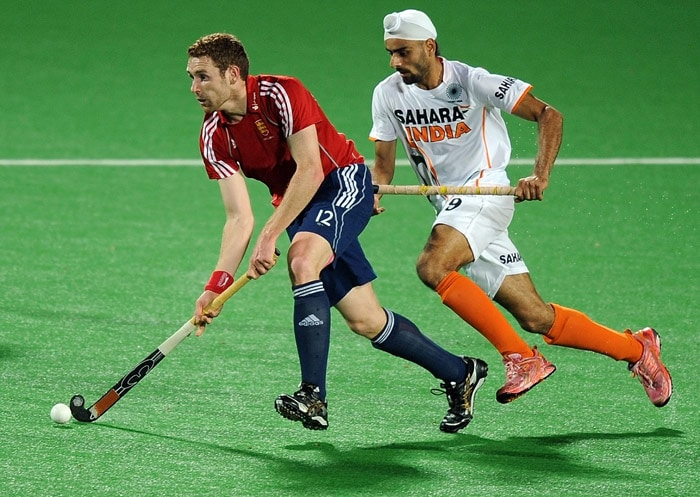 Indian hockey player Gurwinder Singh Chandi (R) vies for the ball with English hockey player Jonty Clarke (L) during their World Cup 2010 match at the Major Dhyan Chand Stadium in New Delhi. (AFP Photo)