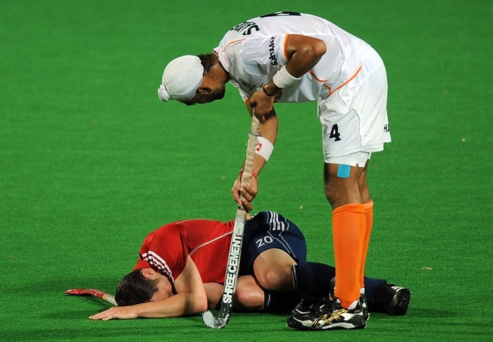 Indian hockey player Sandeep Singh (R) checks on injured English hockey player James Tindall (L) during their World Cup 2010 match at the Major Dhyan Chand Stadium in New Delhi. (AFP Photo)