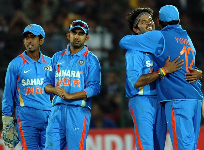 Shanthakumaran Sreesanth celebrates with teammates after taking the wicket of Daniel Vettori during the second ODI between India and New Zealand at the Sawai Mansingh Stadium in Jaipur. (AFP Photo)