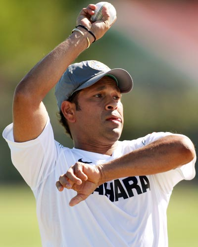 Sachin Tendulkar bowls in nets at Napier. India is preparing for their first one-day match against New Zealand. (AFP Photo)