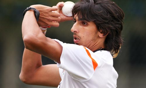 Ishant Sharma sends down a delivery as recovers from an injured shoulder, during training in Hamilton on March 10, 2009. (AFP Photo)