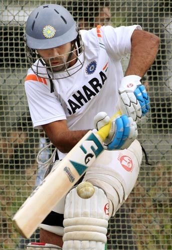 Dinesh Karthik pulls a ball away during training in Hamilton on March 10, 2009. (AFP Photo)