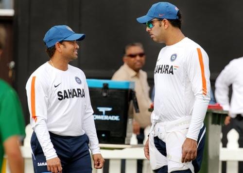 Sachin Tendulkar chats with fellow batsman Yuvraj Singh during training in Wellington on March 5, 2009. (AFP Photo)