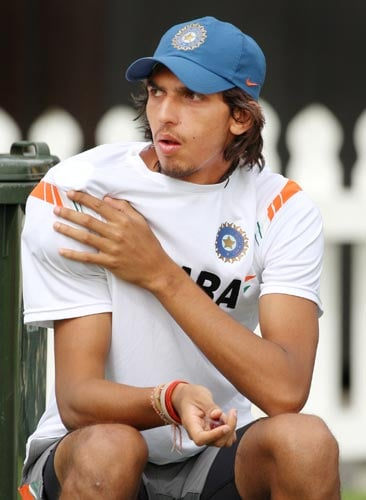 Ishant Sharma rubs ice on his injured shoulder during training in Wellington on March 5, 2009. (AFP Photo)