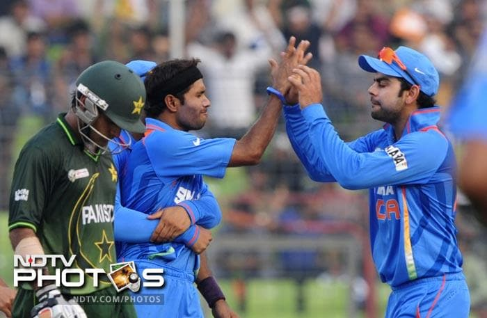 Virat Kohli congratulates teammate Ashok Dinda after the dismissal of Mohammad Hafeez during the 5th ODI of the Asia Cup between India and Pakistan at the Sher-e-Bangla National Cricket Stadium in Dhaka. (AFP Photo)