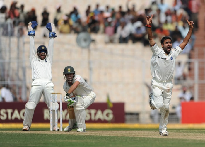 South Africa lost three wickets with leg-spinner Amit Mishra taking two wickets and Harbhajan claiming one. But it seemed luck was on South Africa's side as large part of Day 4's play was lost due to poor conditions. (AFP Photo)