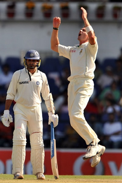 South African cricketer Dale Steyn (R) makes an unsuccessful appeal on the third day of the first Test match between India and South Africa in Nagpur. (AFP Photo)