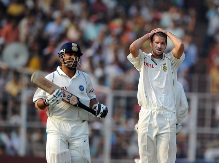 Wayne Parnell reacts after a misfield while Sachin Tendulkar takes a short run during the second day of the second Test between India and South Africa at the Eden Gardens Stadium in Kolkata. (AFP Photo)